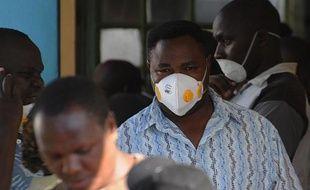 Des proches de victimes munis de masques se rendent le 6 avril 2015 sur les lieux du massacre survenu le 2 avril à l'université de Garissa