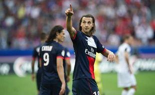 L'attaquant du PSG, Zlatan Ibrahimovic (de face) et son coéquipier Edinson Cavani (de dos), lors du match du PSG contre Guingamp le 31 août 2013.