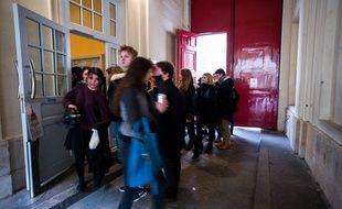 Lyceens reprenant les cours apres une fausse alerte a la bombe au lycee Henri IV pres du Pantheon dans le 5e arrondissement de Paris