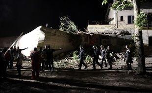 Un train de passagers venant d'Athènes a déraillé près de  Thessalonique (Nord de la Grèce) passant à travers une maison. Les secours sont sur place. 14 mai 2017.