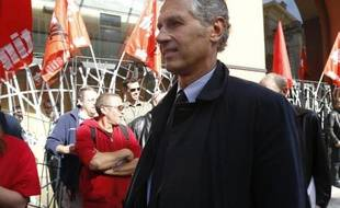 Bernard Marchant, le patron du groupe belge Rossel, le 23 octobre 2014, près de manifestants du journal Nice-Matin alors qu'il était candidat à la reprise du titre