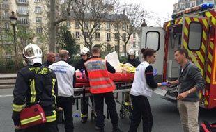 Des pompiers prennent en charge une personne blessée lors de l'attentat contre Charlie Hebdo le 7 janvier 2015 à Paris