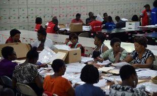 Décompte des bulletins de vote, le 26 octobre 2015 à Port-au-Prince, en Haïti