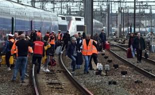 Les passagers d'un TGV évacués après le blocage des voies par les salariés d'Arjowiggins, le 25 mars 2019.