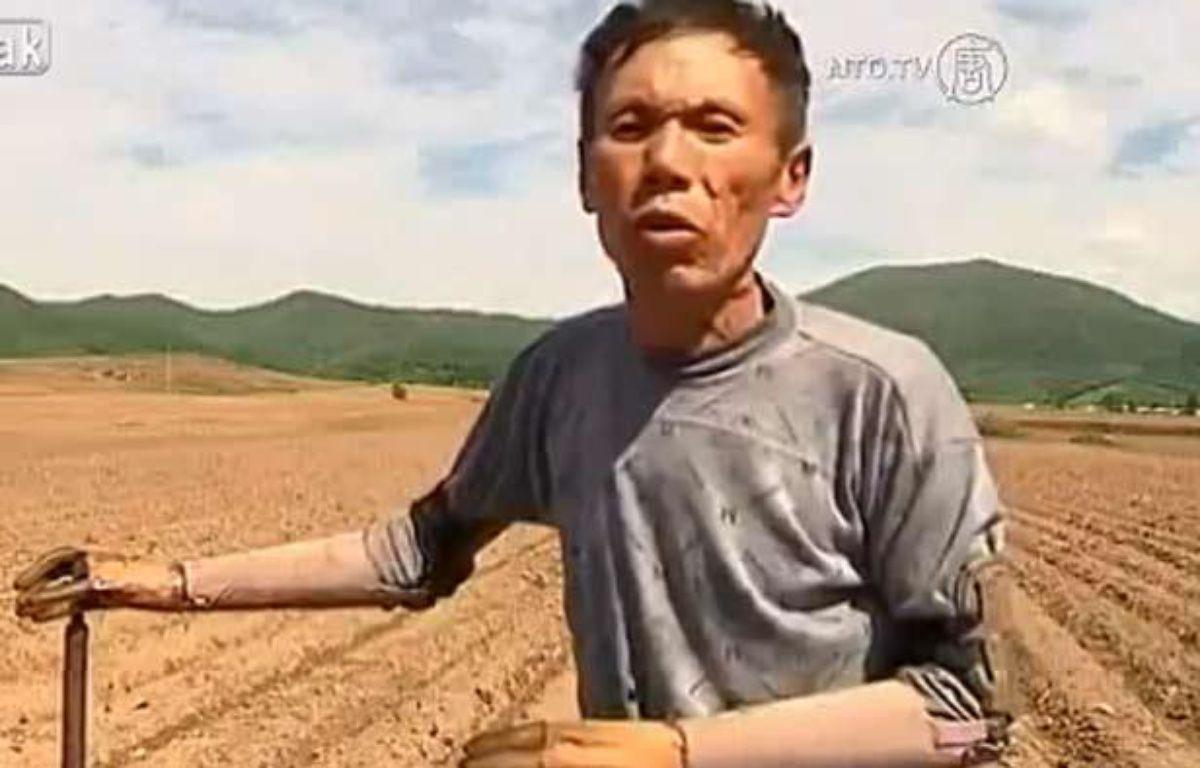 Capture d'écran d'une vidéo de Sun Jifa, un agriculteur chinois qamputé des deux bras, qui a fabriqué lui-même ses prothèses. – 20 MINUTES