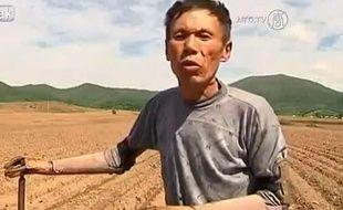 Capture d'écran d'une vidéo de Sun Jifa, un agriculteur chinois qamputé des deux bras, qui a fabriqué lui-même ses prothèses.