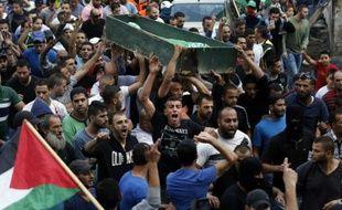 Des Palestiniens portent le corps de Ahmad Qali pendant ses funérailles dans le camp de réfugiés de Chouafat dans Jerusalem Est le 10 octobre 2015