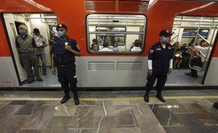 Dans une station de métro à Mexico, le 2 mai 2009.