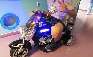 Une des deux mini Harley-Davidson du CHU de Nantes, enfourchée par un ado hospitalisé.