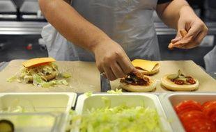Au pays du jambon-beurre, il se vend désormais en France un burger pour deux sandwichs! Les ventes de ce pain rond et moelleux, garni de viande, longtemps associé à la malbouffe, explosent, s'invitant même sur les grandes tables.
