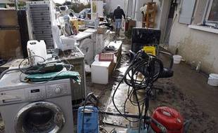 A Chatellaillon, l'heure est au nettoyage des dégâts le 2 mars 2010 après le passage de la tempête Xynthia.