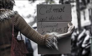 """Manifestation lors de la 16e marche d'Existrans pour dénoncer la """"marginalisation des populations trans"""" et réclamer le droit a changer d'état civil, le 20 octobre 2012 à Paris."""