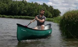 Julien Vidal sur un canoë, pour Brut.