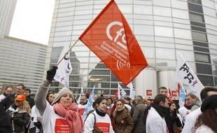 A midi, ce jeudi, les premiers salariés mobilisés arrivent.Ils seront au final 300 sur le parvis pour défendre l'intérêt des 1.123 salariés visés par le plan de départs volontaires de SFR