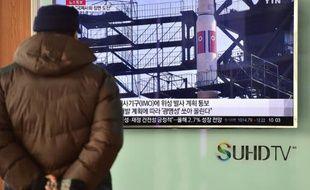 Un homme face à un écran de télévision à Seoul le 3 février 2016