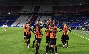 Junior Moraes fête ici avec ses partenaires son premier but mardi soir lors du match à huis clos disputé au Parc OL.