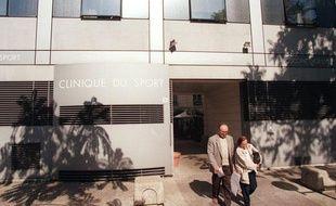 Photo prise le 11 septembre 1997 de personnes sortant de la Clinique du Sport à Paris.