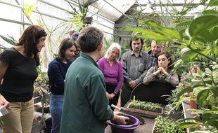 Franck, jardinier à la ville de Paris anime un cour de jardinage gratuit.