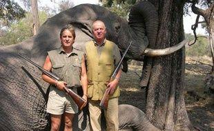 Le roi d'Espagne Juan Carlos pose devant un éléphant mort au Botswana, en 2006.