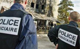 Paniquées, « une ou deux personnes se sont défénestrées », selon les pompiers.