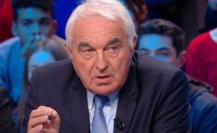 Le maire de Saint-Bauzille-de-Putois, sur le plateau du Grand Journal de Canal Plus, lundi.