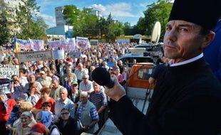 Dans les collines de l'est de la Roumanie, un prêtre lutte contre un projet d'exploitation du gaz de schiste par le géant énergétique américain Chevron, dénonçant les risques pour l'environnement et le mépris pour les habitants.