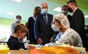 Jean-Michel Blanquer dans une école à Lavoncourt où les tests salivaires sont déployés, le 1er mars 2021.