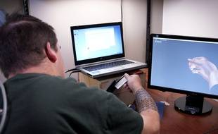 Grâce à un dispositif technologique, ce patient tétraplégique parvient à se servir de sa main droite.