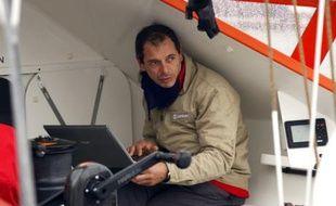 Marc Guillemot à bord de son monocoque au départ du Vendée Globe.