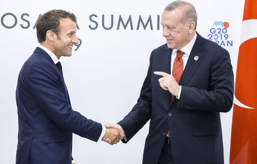 « Etat de mort cérébrale », « crétin opportuniste », « stupide »… Pourquoi Emmanuel Macron subit-il autant d'attaques personnelles ?