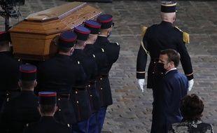 Emmanuel Macron devant le cercueil de Samuel Paty, à la Sorbonne le 21 octobre 2020.