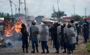 Les forces de l'ordre patrouillent le 7 mai 2015 dans le quartier de Cibitoke, à Bujumbura, où ont lieu des affrontements entre partisans et opposants au régime