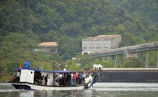 Nusa Kambangan (Indonésie), le 5 mars 2015. Sabine Atlaoui prend le bateau pour rendre visite à son mari sur l'île prison de Nusa Kambangan.