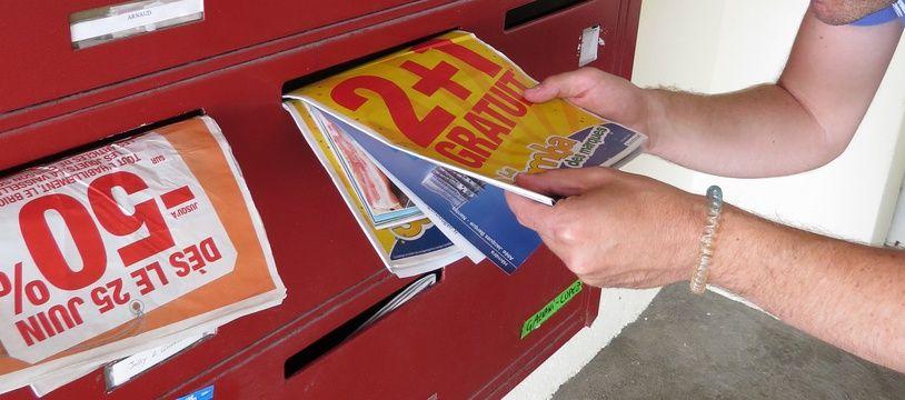 Illustration de prospectus dans les boîtes aux lettres.