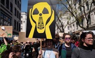 Des jeunes manifestent pour le climat à Lyon, le 12 avril 2019.
