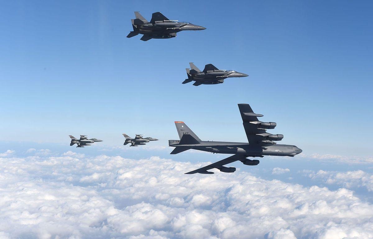 Un B-52 Stratofortress américain volant avec des avions sud-coréens le 10 janvier 2016. – YONHAP / AFP
