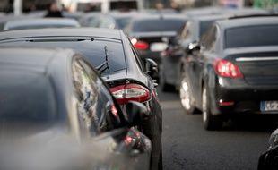 Des voitures de transport avec chauffeur (VTC) bloquent la porte Maillot, à Paris, le 18 décembre 2015, lors d'une grève des chauffeurs contre la plateforme Uber. (Photo illustration).