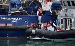 Illustration de migrants sauvés par la police des frontières britannique le 15 août 2020.