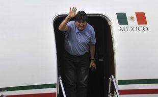 L'ancien président bolivien Evo Morales salue la foule, juste après son arrivée à Mexico.