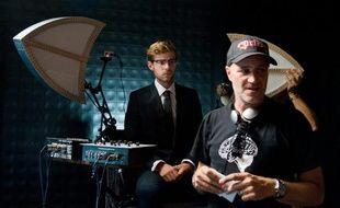 """L'acteur Harry Treadaway et le réalisateur Jan Kounen sur le tournage du """"Vol des Cigognes""""."""