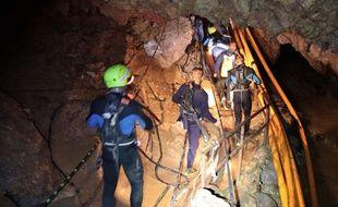 Des plongeurs de l'armée thaïlandaise dans la grotte où sont piégés les derniers enfants.