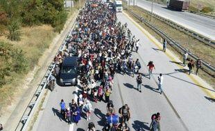 Des réfugiés syriens marchent sur une autouroute près d'Edirne, en Turquie, en direction de la frontière grecque toute proche, le 18 septembre 2015