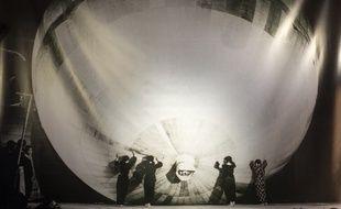 Une photographie exposée au musée de la paix de l'ancien laboratoire Noborito montre des jeunes filles travailler à la confection d'un ballon-bombe.