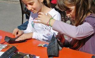 Récup'R organise aussi des travaux pratiques « couture » avec les enfants.