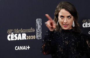 Adèle Haenel pose en arrivant à la cérémonie des César, le 28 février 2020.