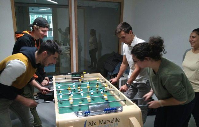 Sur le campus de Luminy, à Marseille, des étudiants en pleine partie sur un baby-foot inclusif.