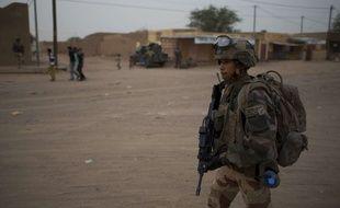 Un soldat patrouille au Mali.