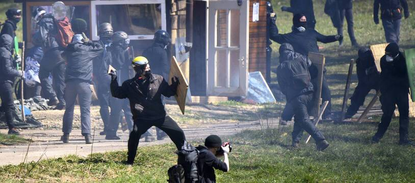 Affrontements sur la ZAD du Mormont, à La Sarrazentre en Suisse le 30 mars 2021.