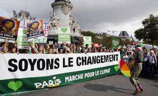 Des personnes manifestent à Paris, le 21 septembre 2014, pour la lutte contre le réchauffement climatique.