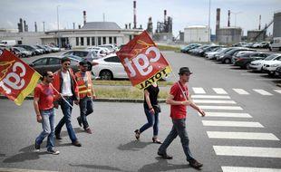 Des salariés grévistes de la raffinerie Total de Donges, le 7 juin 2016. / AFP / JEAN-SEBASTIEN EVRARD